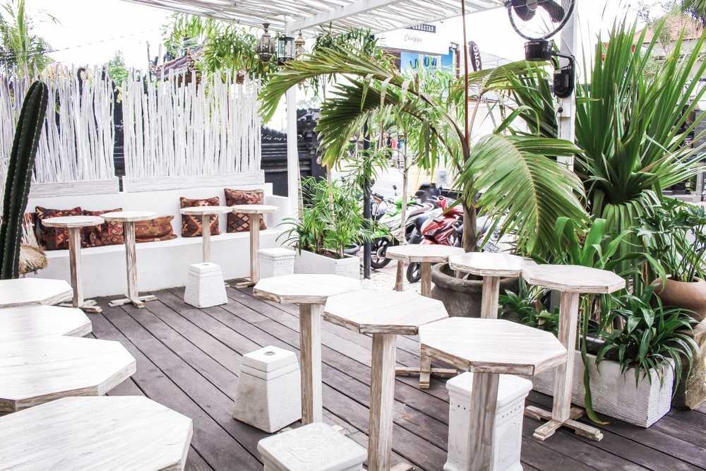 Уличная зона в кафе отеля на Бали