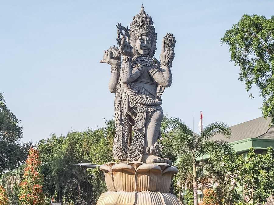 Статуя богу Брахме в Денпасаре 3
