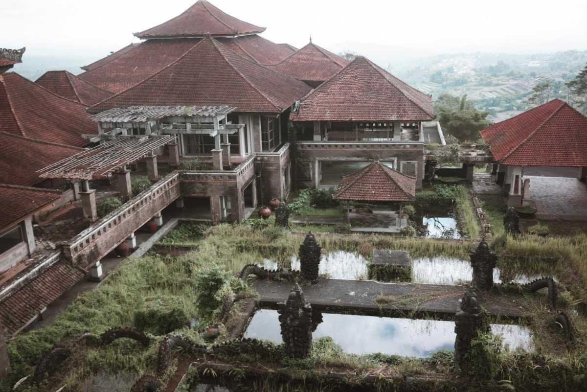 Заброшенный отель Бедугул Таман на Бали 3