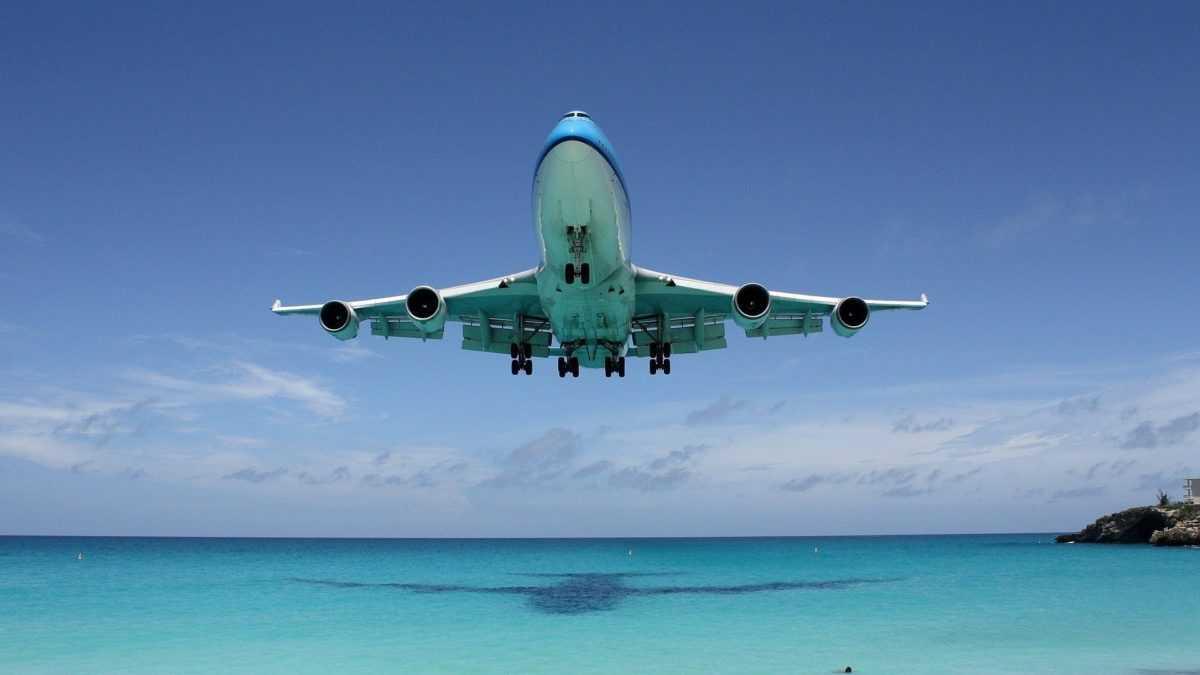 самолет приземляющийся в Денпасаре